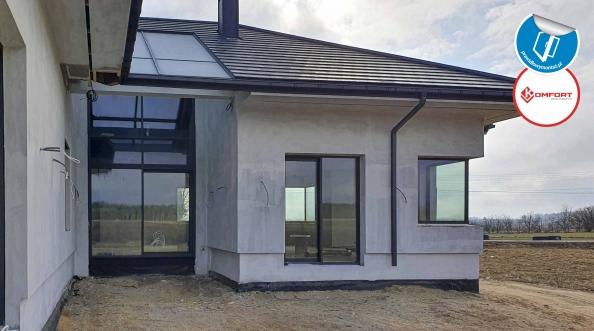 Fasada na elewacji i świetlik aluminiowy w dachu budynku.