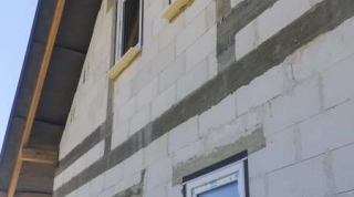 Budynek jednorodzinny z białymi oknami firmy VETREX