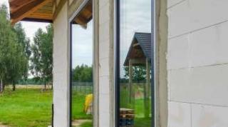 Prawidłowy montaż okien i drzwi podnoszono-przesuwnych HST, wyprodukowanych z profili PCW